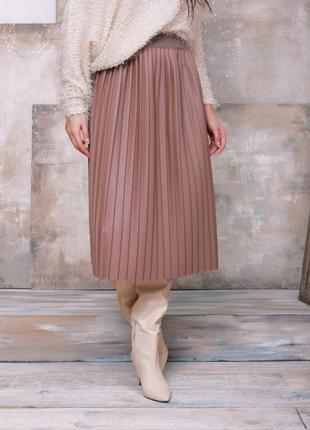Бежевая кожаная плиссированная юбка из эко-кожи