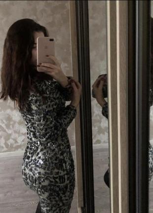 Платье в пайетки. с вырезом на спине