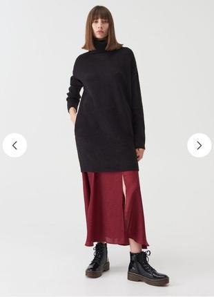 Удлиненный трикотажный черный джемпер платье туника с воротником гольф с карманами