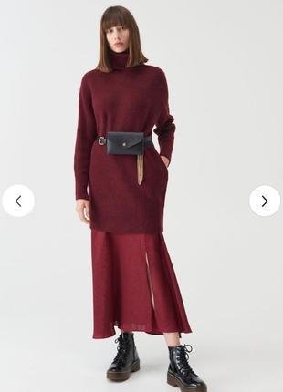 Удлиненный трикотажный бордовый джемпер платье туника с воротником гольф с карманами