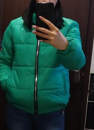 Женская короткая куртка с манжетами и воротником-стойкой