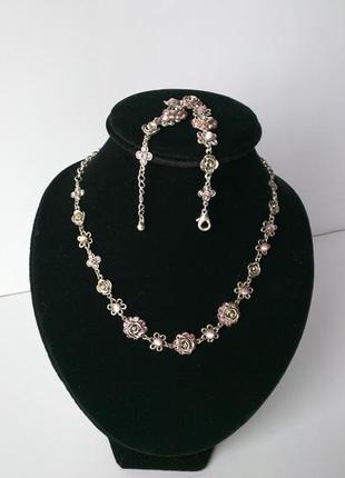 Красивое колье и браслет, розочки украшены камнями.