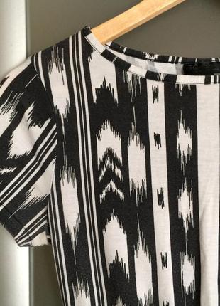 Черно белое платье в орнамент с красивым вырезом на спине от topshop