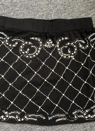 Короткая юбка с камешками