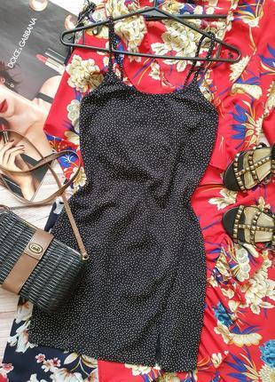Крутое приталеное платье в горошек на бретелях под футболку