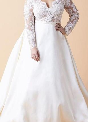 Свадебное платье больших размеров а-силуэта с длинными кружевными рукавами