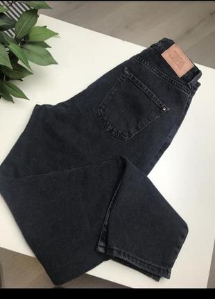 Чёрные джинсы мом8 фото