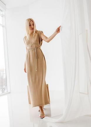 Удлиненное платье свободного кроя с акцентными плечами