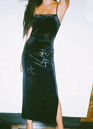 Новое бархатное макси платье с разрезом на ноге и на тонких бретельках с иероглифами
