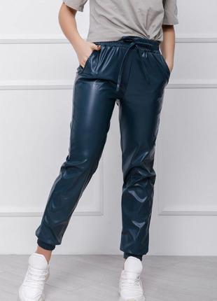 Зеленые брюки джоггеры из эко-кожи