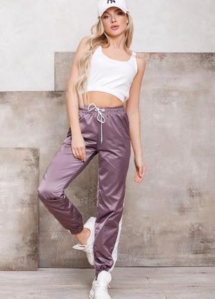 Свободные фиолетовые спортивные штаны с вставками