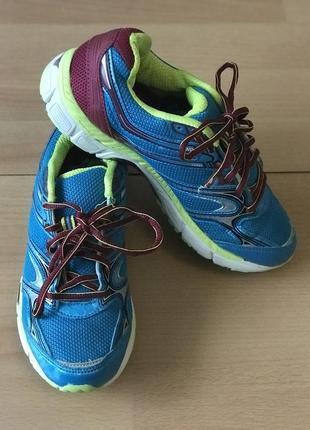 Яркие кроссовки в сеточку