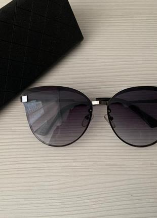 Солнечные очки серого цвета