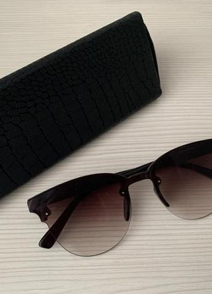 Солнечные очки коричневого цвета