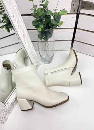 Ботильоны ботинки демисезонные молочные кожаные на среднем каблуке на молнии