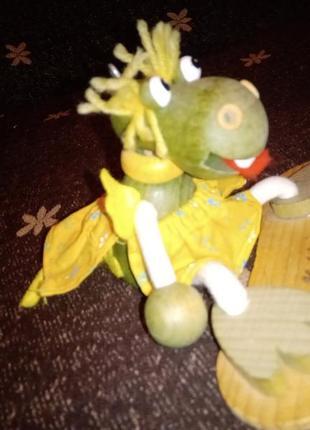 Прикольная деревянная игрушка корова на скейте брелок