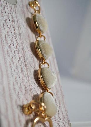 Рельефный чехол с имитацией вязки,с браслетом из  сердечек6 фото