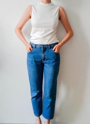 Стильні джинси красивого синього кольору.