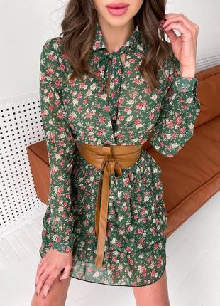 Короткое зеленое платье в мелкий цветочек (разноцветное) с длинным рукавом с рюшами