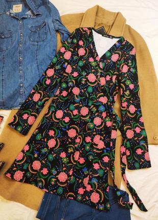 Boohoo платье чёрное в розовый цветочный принт с поясом имитация запаха