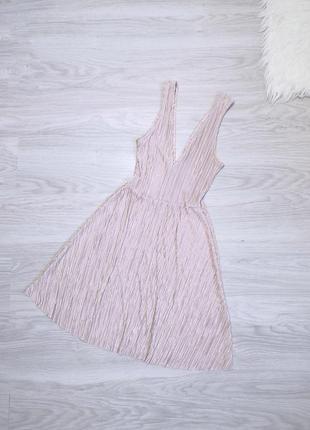Пудровое женственное плиссерованное платье