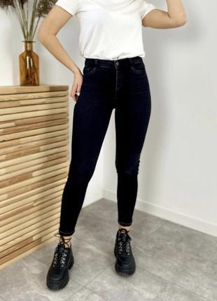 Новые стильные джинсы очень красивого цвета