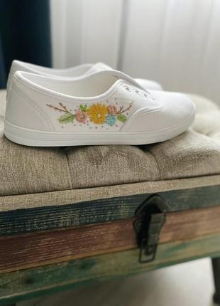 Белые кеды с ручной вышивкой