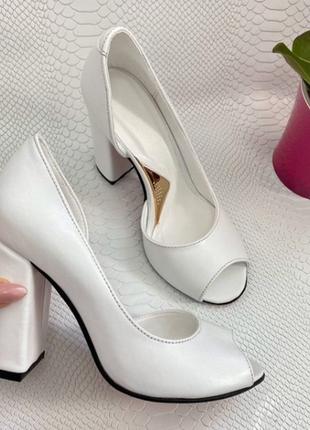 Кожаные белые  туфли с открытым носиком на удобном каблуке