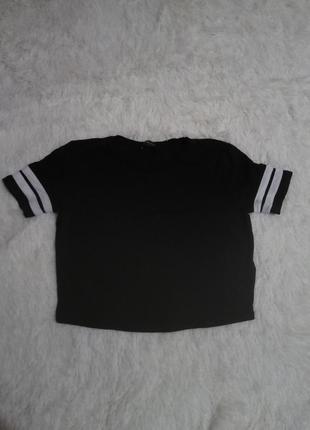 Черная футболка с полосками