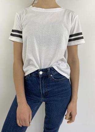 Белая женская футболка с полосами на рукавах
