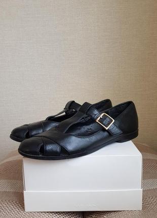 Черные сандалии на плоском ходу