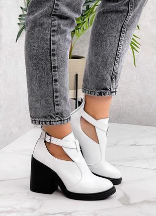 Білі шкіряні ботинки на каблуку