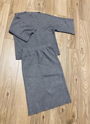 Серый трикотажный костюм с юбкой/скину фото на теле