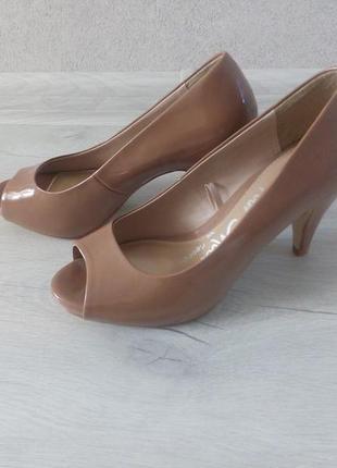 Бежевые лаковые туфли love your shoes by george с открытым носком