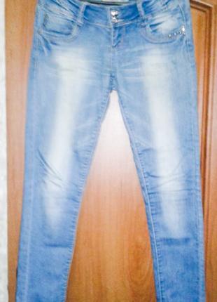 Голубые брендовые джинсы
