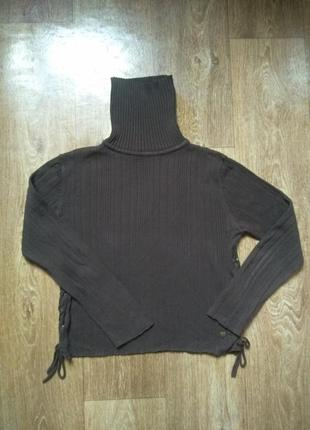 Актуальный свитер со шнуровкой