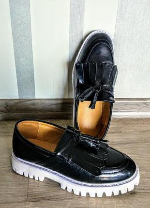 Классные туфли лоферы из черногй эко кожи под лак на толстой тракторной белой подошве