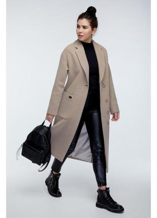 Пальто прямого кроя с карманами разрезы сбоку