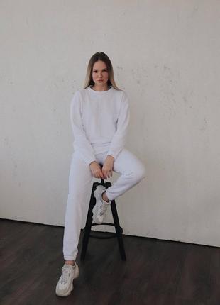 Белый качественный спортивный костюм со свитшотом