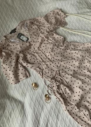 Нежное платье на запах в горошек