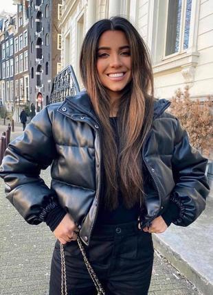 Дутая кожаная укороченная куртка пуховик эко-кожа с воротником стойкой