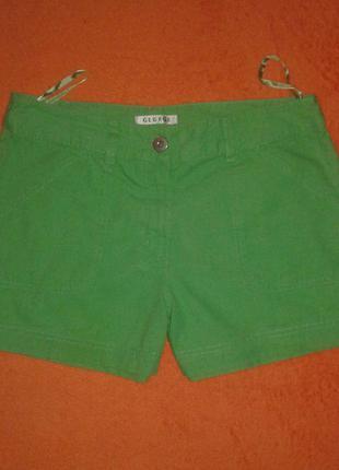 Яркие короткие шорты.