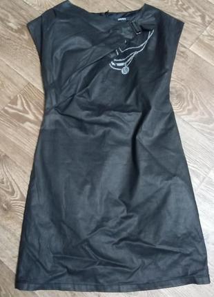 Крутое дизайнерское платье с подиума, лощенное, ваксованое