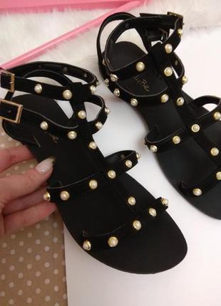 Черные босоножки ремешки с бусинками на низком каблуке / замшевые босоножки