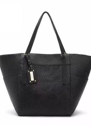 Большая вместительная черная сумка mango под рептилию на длинных ручках шопер трапеция
