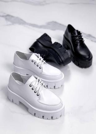 Туфли из натуральной кожи в черном и белом цветах