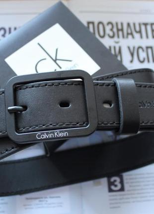 Кожаный ремень с черной пряжкой