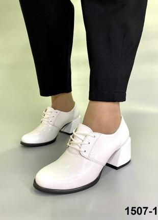 Белые туфли из натуральной лаковой кожи на среднем каблуке