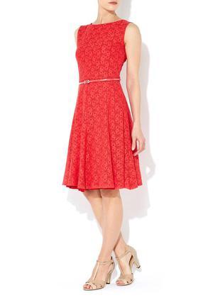 Красивое яркое коралловое кружевное платье