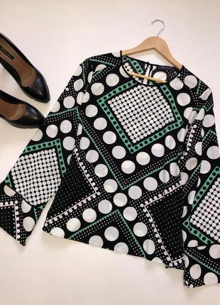 Яркая блуза в геометрический принт